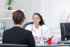 Ärztin, die positive Nachrichten für Patienten hat Stockbilder