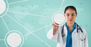 Ärztin, die vortäuscht, einen unsichtbaren Schirm gegen Weltkarte im Hintergrund zu berühren Lizenzfreies Stockbild