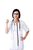 Ärztin, die zur Kamera lächelt lizenzfreies stockbild