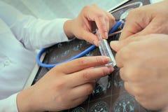 Ärztin erklärt dem Patienten über die neue Droge Stockfotografie