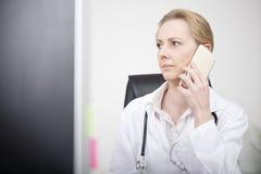 Ärztin-Ersuchen beweglich und Schauen nach links Lizenzfreie Stockfotografie