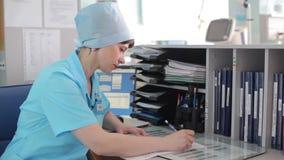 Ärztin füllt medizinische Dokumente stock footage