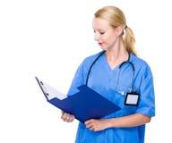 Ärztin gelesen auf Klemmbrett stockfoto