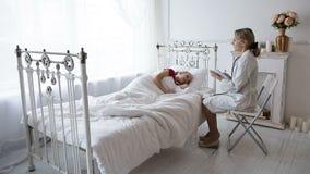 Ärztin mit einem Patienten stock video