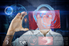 Ärztin mit futuristischer hud Schirmtablette Lizenzfreie Stockfotos