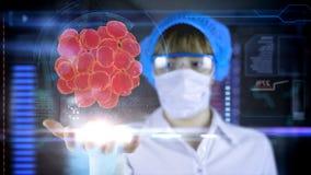 Ärztin mit futuristischer hud Schirmtablette Lizenzfreies Stockbild