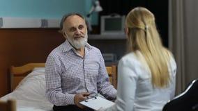 Ärztin mit guten Nachrichten im Krankenhausbüro stock footage