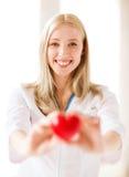 Ärztin mit Herzen lizenzfreies stockfoto