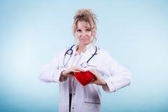 Ärztin mit Herzen Lizenzfreie Stockfotos