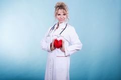 Ärztin mit Herzen Stockfotos