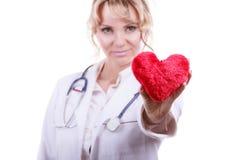 Ärztin mit Herzen Lizenzfreie Stockbilder