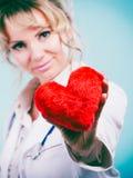 Ärztin mit Herzen Stockbilder