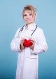 Ärztin mit Herzen Stockbild