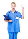 Ärztin mit Klemmbrett- und Fingerpunkt oben Stockfotografie
