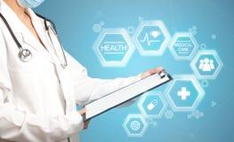 Ärztin mit Notizblock Lizenzfreie Stockfotografie