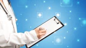 Ärztin mit Notizblock Stockbild