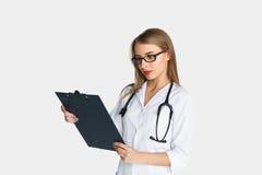 Ärztin mit Stethoskopleseclipbrett Stockbild