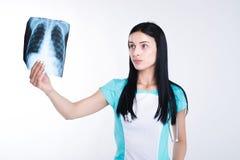 Ärztin oder Krankenschwester, die Radiographiefoto betrachten Stockfotos