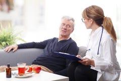 Ärztin und älterer Patient Lizenzfreie Stockbilder