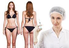 Ärztin und Frau mit Pfeilen auf ihrem Körper Stockbild