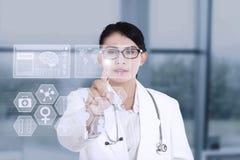 Ärztin unter Verwendung der modernen Technologie stockfotografie