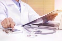Ärztin unter Verwendung des intelligenten Mobiltelefons Stockbild