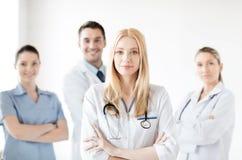 Ärztin vor medizinischer Gruppe stockbild
