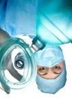 Ärztinanästhesist, der eine Sauerstoffmaske mit einem Ballon hält Stockbild