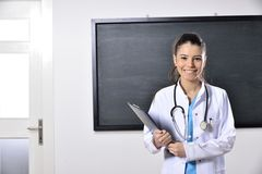 Ärztinfrauenunterricht an der Medizinischen Fakultät Lizenzfreies Stockfoto
