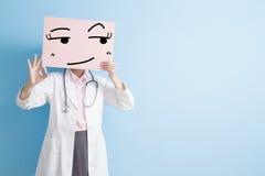 Ärztinnehmenanschlagtafel Lizenzfreie Stockfotografie