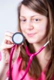 Ärztinporträtmalereirecht vor Prüfung mit einem stetho Stockbild