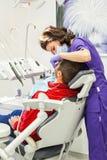 Ärztliche Behandlung an der zahnmedizinischen Klinik Lizenzfreie Stockfotos