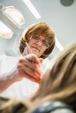 Ärztliche Behandlung im Zahnarztbüro Stockfoto