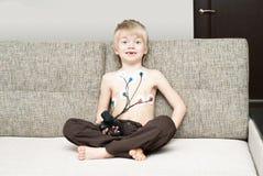 Ärztliche Untersuchung des Herzens des Kindes Stockbild