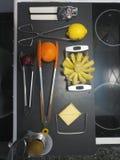 Ästhetik sortierte Küchengeräte auf einer schwarzen Küchenarbeitsplatte stockfoto