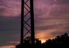 Ästhetische Stromleitungen mit bewölktem Himmel lizenzfreie stockbilder