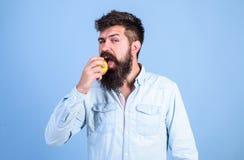 Äta äpplet kan hjälpa lägre nivåer för blodsocker och skydda mot sockersjuka äta sunt Man med äpplet för skägghipsterhåll Fotografering för Bildbyråer