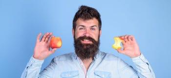 Äta äpplet varje dag Idé för mellanmål för frukt sund bra alltid Skägget för den stiliga hipsteren för mannen rymmer det långa de Arkivbilder