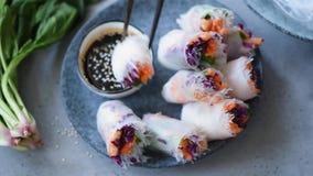 Äta asiatisk kokkonst för vårrulle lager videofilmer