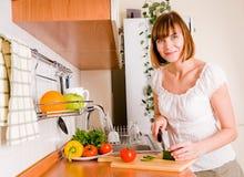 äta att förbereda något till kvinnan Arkivfoton