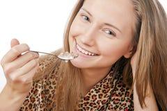 äta barn för flakesflickaståenden arkivfoto