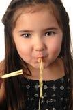 äta barn för flickanudelsoup Royaltyfri Bild