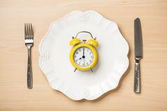 Äta begrepp med bordsservis och ringklockan arkivbilder
