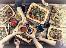 Äta begrepp Tycka om matställen med vänner, bästa sikt av grupp människor som har matställen tillsammans, medan sitta på den lant arkivbilder