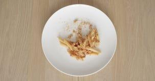 Äta Bolognese bästa sikt för matpasta av plattan på en trätabell i den Tid schackningsperioden stock video