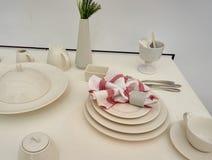 Äta ceramiuppsättningen på tabellen Royaltyfri Foto