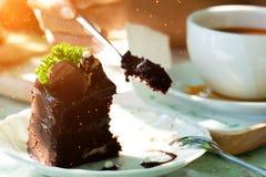 Äta chokladkakan med skeden arkivfoto