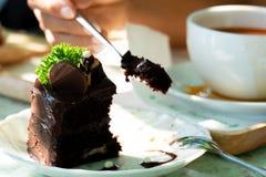 Äta chokladkakan med skeden arkivfoton