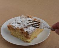 Äta den första tuggan av New York utforma smulakakan med gaffeln Royaltyfria Bilder
