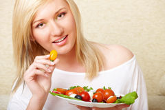 äta den grekiska sunda salladkvinnan för mat Arkivbild